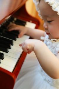 Baby spielt Baby Keyboard